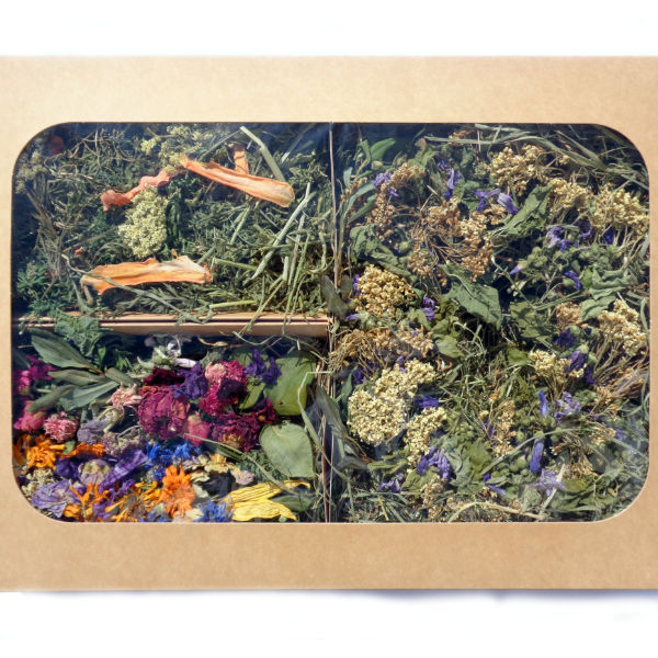 Hay wreath, flower-decorated grassy logs and carrot leaf mix in a large gift box.
